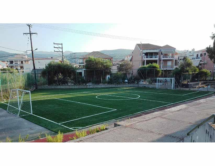 Ολοκληρώθηκαν οι εργασίες τοποθέτησης πλαστικού τάπητα στο γήπεδο 5×5 του 2ου Γυμνασίου Λυκείου Λευκάδας.